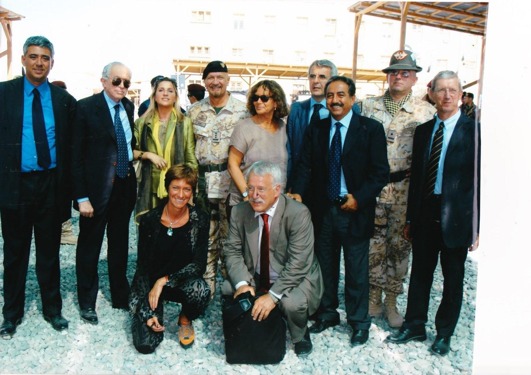 Kabul, Afghanistan, 5 agosto 2005 - Gen. Mauro Del Vecchio con i parlamentari Rino Piscitello, Luigi Ramponi, Roberta Pinotti, Giovanni Collino, Lorenzo Forcieri