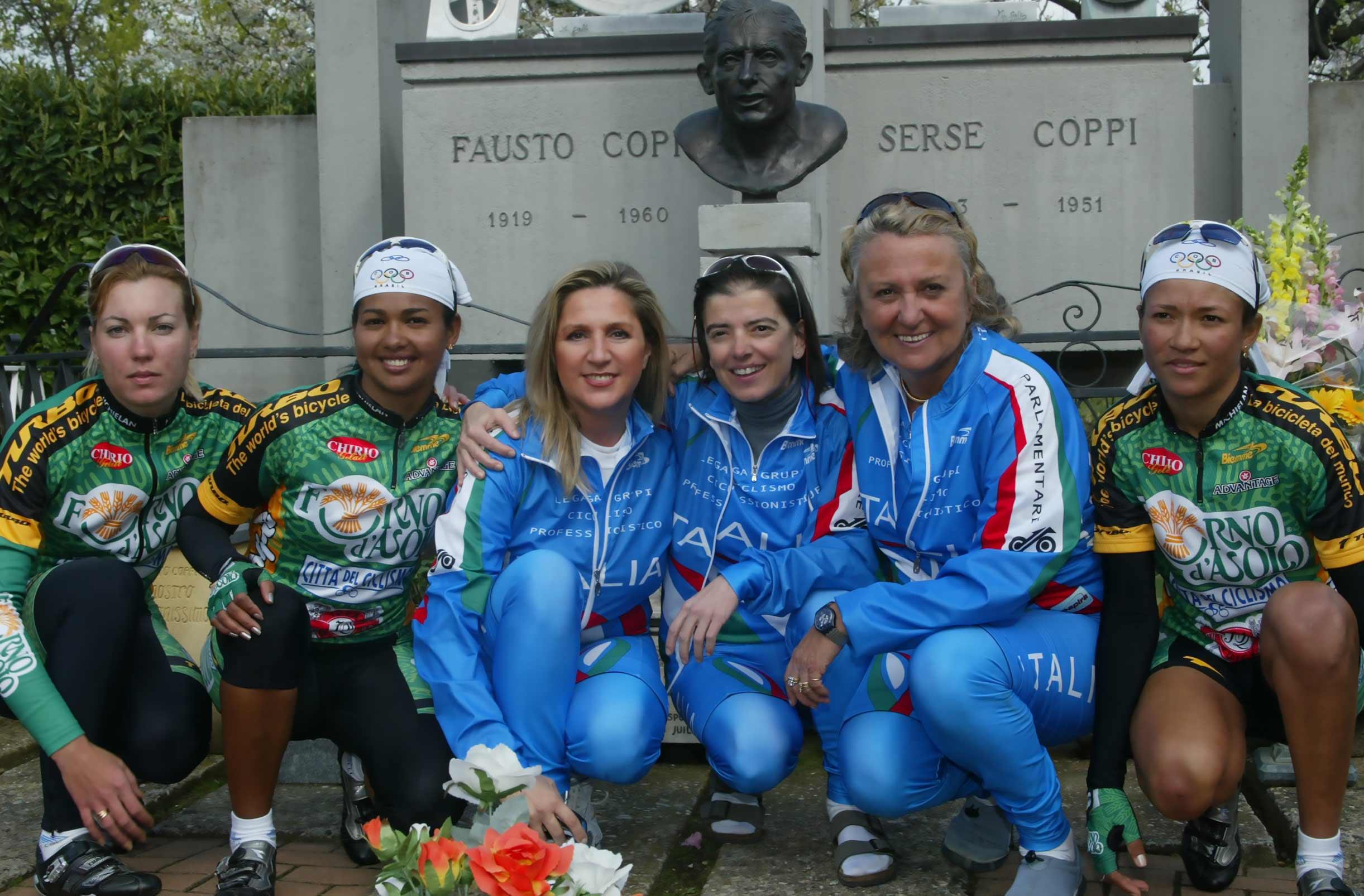 Novi Ligure (AL), 18 aprile 2004 - Mausoleo di Fausto e Serse Coppi con Laura Cima e Carmen Motta della squadra parlamentare di ciclismo