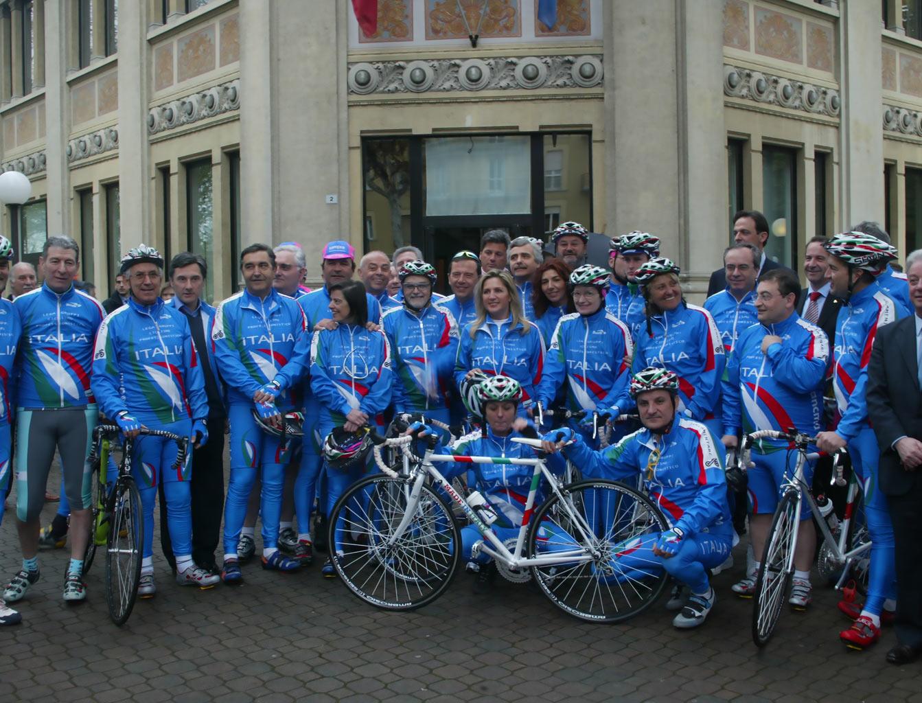 – Salice Terme (PV), 16 aprile 2004 – la squadra parlamentare di ciclismo con Claudio Corti, Felice Gimondi, Giuseppe Saronni