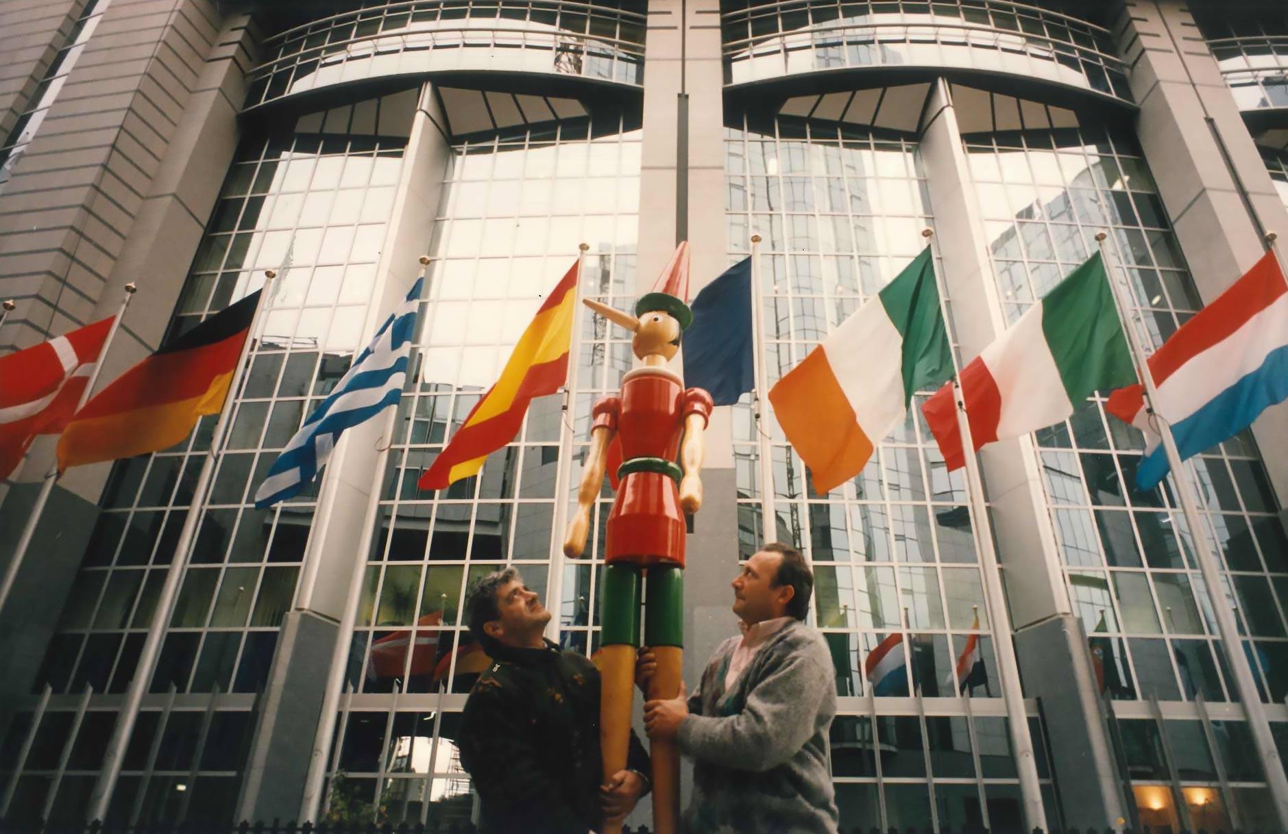 Bruxelles, Parlamento Europeo, 28 novembre 1995: Pinocchio entra in parlamento