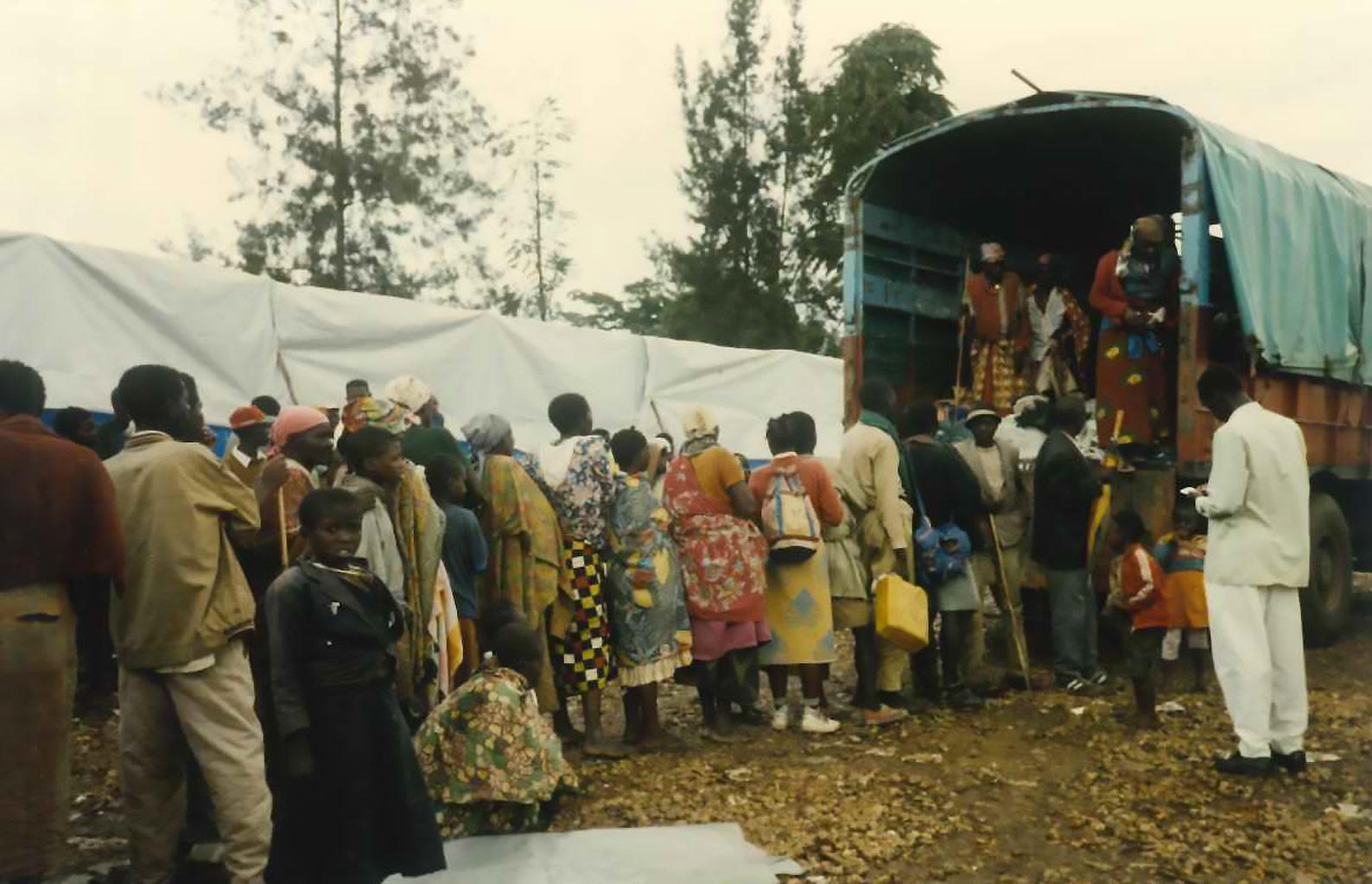 Rwanda, novembre 1996 - fila per aiuti umanitari